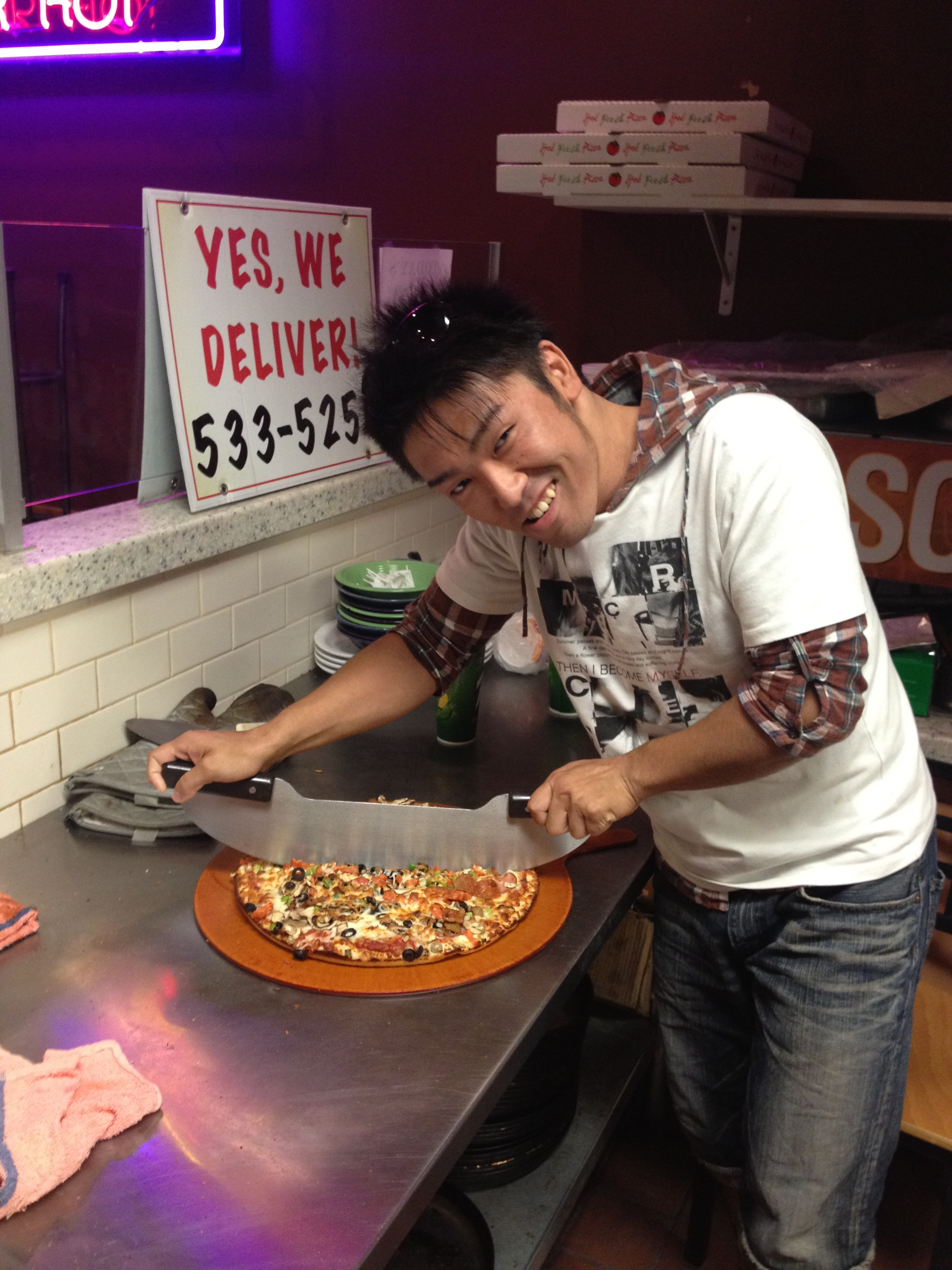 japanese Kozmoz intern cutting pizza at job taiken