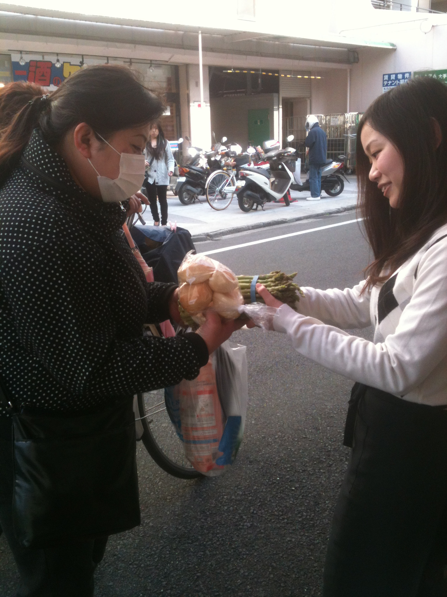 Kozmoz Japan Internship participant distributing food to the less fortunate in Kyoto